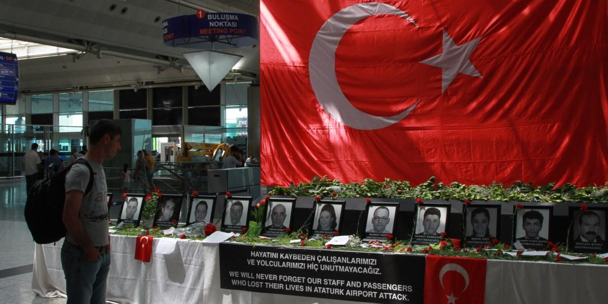Terör saldırısının ardından arttırılan güvenlik önlemleri kapsamında Atatürk Havalimanı'nda, Çevik Kuvvet, Özel Harekat, Güven Timleri Şube müdürlüklerinden personeller görevlendirildi. Bu arada saldırıda hayatını kaybeden havalimanı çalışanları fotoğraflarının bulunduğu yere vatandaşlar karanfil bırakmaya devam ediyor. ( Mehmet Ali Derdiyok - Anadolu Ajansı )