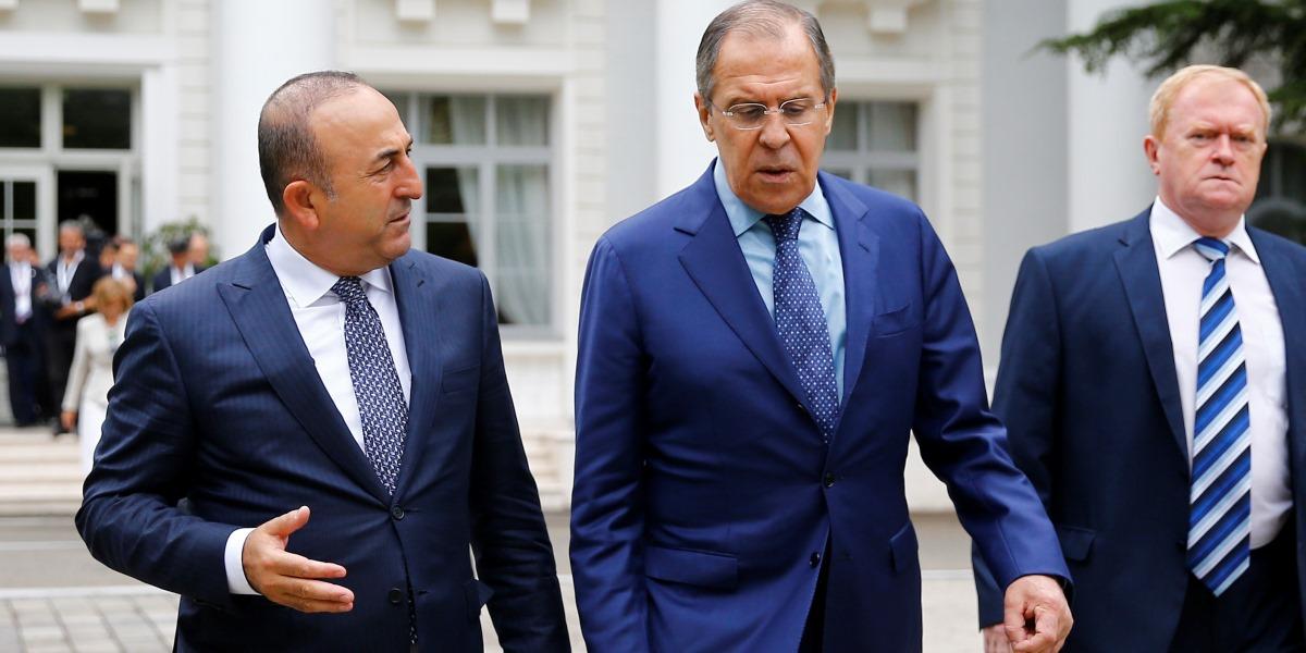 Dışişleri Bakanı Mevlüt Çavuşoğlu (Solda) , Rusya'nın Soçi kentinde Karadeniz Ekonomik İşbirliği Örgütü 34. Dışişleri Bakanları Konsey Toplantısına katıldı. Rusya Dışişleri Bakanı Sergei Lavrov (önde sağda)  ile Çavuşoğlu,  görüşme sonrası beraber sohbet ederek yürüdü.  ( Sefa Karacan - Anadolu Ajansı )