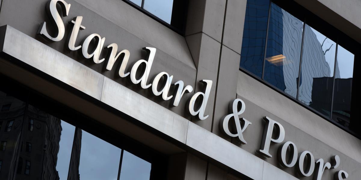 ABD'de, Senato liderlerince varılan anlaşma, Wall Street'te hisselerin yükselmesine neden oldu. ABD'de, Senato liderlerinin federal hükümetin yeniden açılması ve borçlanma limitinin yükseltilmesi yönünde anlaşmaya vardıkları haberlerinin ilk yansıması, New York Borsasında görüldü. Uluslararası kredi derecelendirme kuruluşu Standard&Poor;'s (S&P). (Cem Özdel - Anadolu Ajansı)