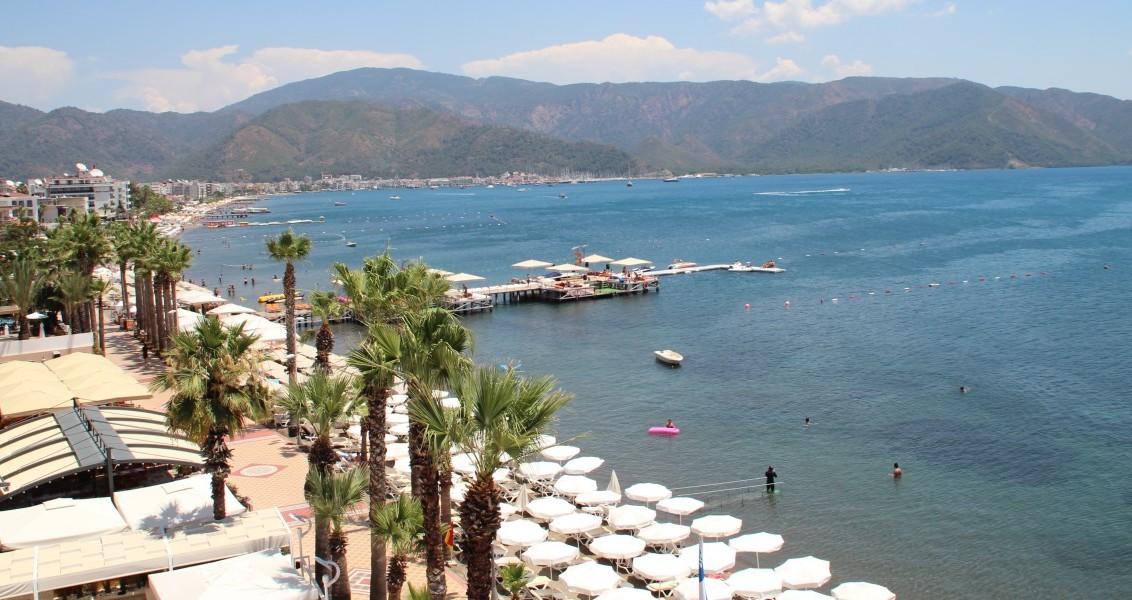 Türkiye'nin bin 484 kilometreyle en uzun kıyı şeridine sahip ili Muğla'daki turistik tesis ve otellerde, Ramazan Bayramı'nda yerli turistleri ağırlamak için çalışmalar tamamlandı. Bünyesinde barındırdığı tarihi ve kültürel zenginliklerle her yıl 3 milyondan fazla turisti ağırlayan, 250 bin yatak kapasitesi bulunan Muğla, ziyaretçilerine unutulmayacakları bir tatil imkanı sunuyor. Deniz, kum ve güneşi ile iddialı olan Muğla, ören yerleriyle de ziyaretçilerine gezme fırsatı sunuyor. Okulların kapanmasıyla Muğla ve ilçelerini tercih eden yerli turistlerden bazıları, Gökova Körfezi, İngiliz Limanı, Çökertme, Göcek, Marmaris, Fethiye, Ölüdeniz, Kızılada, Datça ve Hisarönü koylarını kapsayan mavi yolculuğa çıkmayı tercih ederken, heyecanı sevenler ise dalış, rüzgar sörfü ve paraşütle atlama gibi sporlara yöneliyor. Kültür turlarına katılmak isteyen ziyaretçiler ise Yatağan, Fethiye, Ortaca ve Milas ilçelerini tercih ediyor.  ( Sabri Kesen - Anadolu Ajansı )