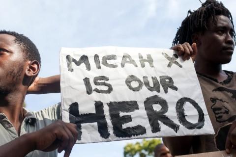Güney Afrika'nın Cape Town kentinde toplanan bir grup, Amerika Birleşik Devletleri'nde yaşanan son olaylarda siyahi vatandaşların öldürülmesi ve polis şiddetini protesto etti. Dövizler taşıyıp sloganlar atan göstericiler, Cape Town'daki ABD Konsolosluğu'na yürüdü.  ( Ashraf Hendricks - Anadolu Ajansı )