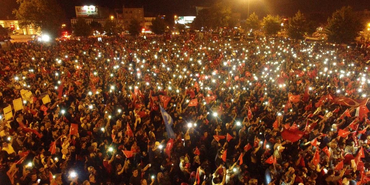 Sakarya, Kocaeli, Bartın ve Düzce'de düzenlenen geniş katılımlı gösterilerde, Fetullahçı Terör Örgütü'nün (FETÖ) darbe girişimi protesto edildi.  Sakarya Büyükşehir Belediyesinin çağrısı üzerine ellerinde Türk bayraklarıyla Kent Meydanı'nda toplanan binlerce vatandaş ve çeşitli sivil toplum kuruluşlarının temsilcileri, darbe girişiminde bulunanlara tepki gösterdi. ( Sakarya Büyükşehir Belediyesi - Anadolu Ajansı )
