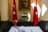 ABD'nın Washington kentindeki ABD Büyükelçiliği binasında, İstanbul Atatürk Havalimanı'ndaki terör saldırısında ölenler anısına taziye defteri açılırken büyükelçilik binası önüne çiçekler bırakıldı. ( Samuel Corum - Anadolu Ajansı )