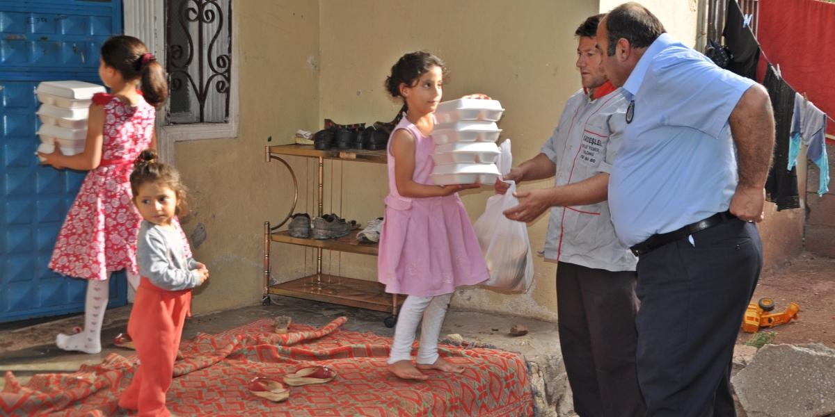 Adıyaman'ın Gölbaşı ilçesinde, belediye tarafından yardıma muhtaç ailelerin evlerine iftar yemeği ulaştırılıyor. ( Emin Tezerdi - Anadolu Ajansı )