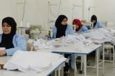 Kilis'te kurulan konfeksiyon atölyesinde çalışan 30 Suriyeli kadın, ürettikleri ürünlerden elde edilen gelirle hayata tutunuyor. Merkezi Halep'te bulunan Fatih Sultan Mehmet Derneği, geçen yıl ihtiyaç sahibi Suriyeli kadınlara yönelik dikiş kursu açtı. Kendi imkanlarıyla kiraladıkları evlerde barınan sığınmacı kadınlardan seçilen 30 kursiyer, Halk Eğitim Merkezi Müdürlüğünün de desteğiyle meslek eğitimi aldı. ( İzzet Mazi - Anadolu Ajansı )