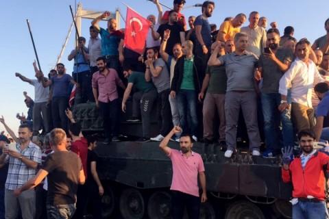 Boğaziçi Köprüsü'ndeki askerler, polise teslim oldu.Köprüdeki 5 tankın üzerine çıkan vatandaşlar, sevinç gösterisinde bulundu. ( Selami Küçükoğlu - Anadolu Ajansı )
