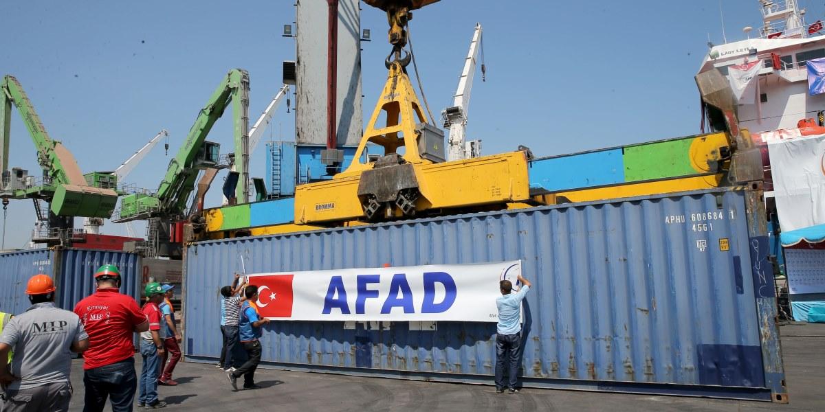Türkiye-İsrail arasında varılan mutabakat kapsamında, Gazze'deki ihtiyaç sahiplerine ulaştırılacak yardım malzemelerinin gönderilmesi için Başbakan Yardımcısı Veysi Kaynak ve Kalkınma Bakanı Lütfi Elvan'ın katılımıyla uğurlama töreni yapıldı. ( Berk Özkan - Anadolu Ajansı )