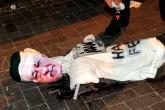 """Uşak'ta kent meydanında toplanan vatandaşlar ellerindeki Türk bayraklarıyla Fethullahçı Terör Örgütü'nün (FETÖ) darbe girişimini protesto etti. Meydandaki vatandaşlar, Uşak Aşçılar Derneğinin hazırladığı, üzerinde """"Hain Fetoş"""" yazan ve sembolik darağacında FETÖ elebaşı Fetullah Gülen maskesi takılı bir maketi benzin dökerek ateşe verdi. ( Aytuğ Can Sencar - Anadolu Ajansı )"""