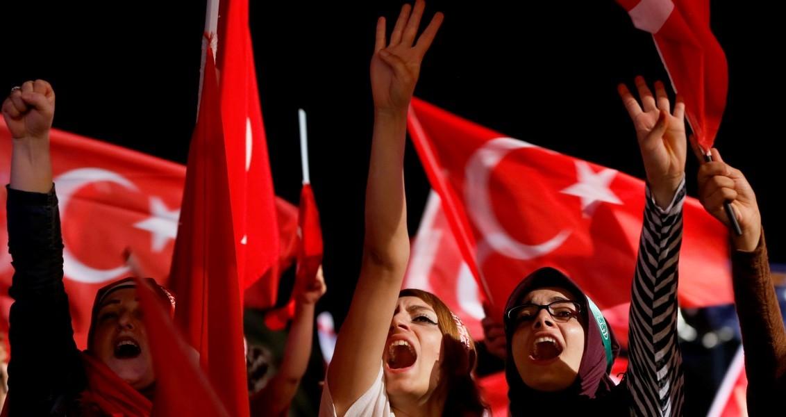 Fetullahçı Terör Örgütü'nün (FETÖ) darbe girişimine tepki amacıyla İzmirliler, Konak Meydanı'ndaki demokrasi nöbetini sürdürdü. Meydanda 15 Temmuz'dan bu yana her akşam toplanan her kesim ve yaştan vatandaş, ellerinde Türk bayraklarıyla şarkılar ve marşlara eşlik etti, FETÖ aleyhine sloganlar attı. ( Mahmut Serdar Alakuş - Anadolu Ajansı )