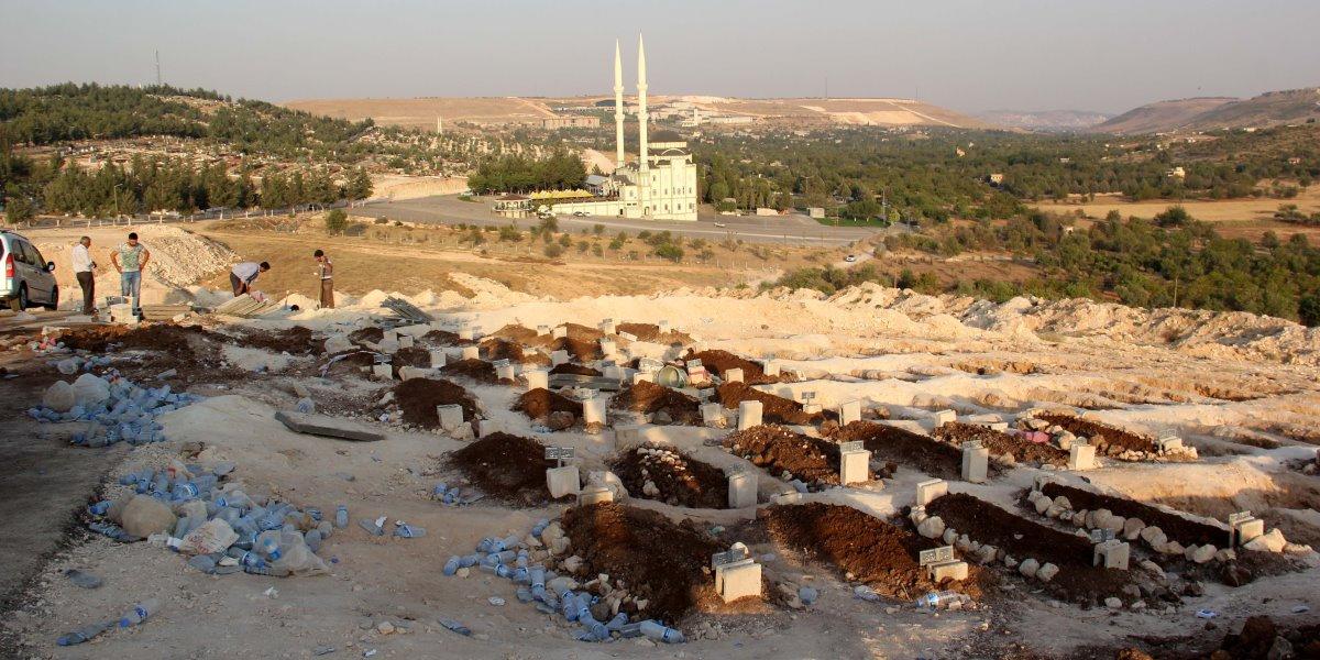Gaziantep'in Şahinbey ilçesinde düğündeki terör saldırısında yaşamını yitiren 50 kişiden 37'sinin cenazesi Yeşilkent Mezarlığında kılınan cenaze namazının ardından toprağa verildi.  ( Mehmet Akif Parlak - Anadolu Ajansı )