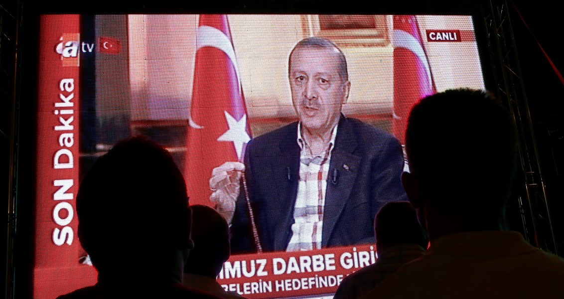 İstanbul Fatih Saraçhane'de toplanan vatandaşlar, Fetullahçı Terör Örgütü'nün (FETÖ) darbe girişimine tepkilerini gece saatlerinde de sürdürdü. Vatandaşlar meydana kurulan ekranlarda Cumhurbaşkanı Recep Tayyip Erdoğan'ın konuk olduğu bir televizyon kanalındaki canlı yayını izledi. ( Bülent Doruk - Anadolu Ajansı )