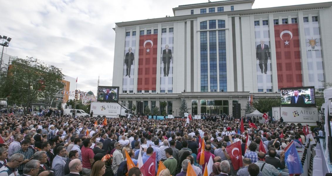 AK Parti'nin kuruluşunun 15. yıl dönümünü etkinlikleri çerçevesinde AK Parti Genel Merkezi önünde düzenlenen törenlere çok sayıda vatandaş katıldı. Bahçede kurulan dev ekranlardan Cumhurbaşkanı Recep Tayyip Erdoğan'ın mesajı vatandaşlar tarafından canlı olarak izlendi. ( Aytaç Ünal - Anadolu Ajansı )