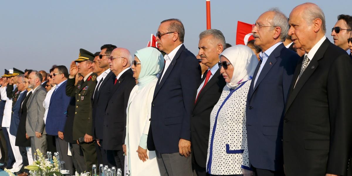"""Cumhurbaşkanı Recep Tayyip Erdoğan (sağ 5), eşi Emine Erdoğan (sağ 6)  ile Yenikapı Miting Alanı'nda düzenlenen """"Demokrasi ve Şehitler Mitingi""""ne katıldı. Mitinge, TBMM Başkanı İsmail Kahraman (sağ 7), Başbakan Binali Yıldırım (sağ4) ile eşi Semiha Yıldırım (sağ 3),  CHP Genel Başkanı Kemal Kılıçdaroğlu (sağ 2) ve MHP Genel Başkanı Devlet Bahçeli (sağda) de katıldı. ( Kayhan Özer - Anadolu Ajansı )"""