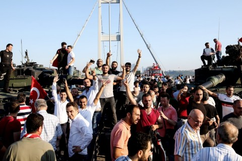 Boğaziçi Köprüsü'ndeki askerler, polise teslim oldu. Köprüdeki 5 tankın üzerine çıkan vatandaşlar, sevinç gösterisinde bulundu. ( Elif Öztürk - Anadolu Ajansı )