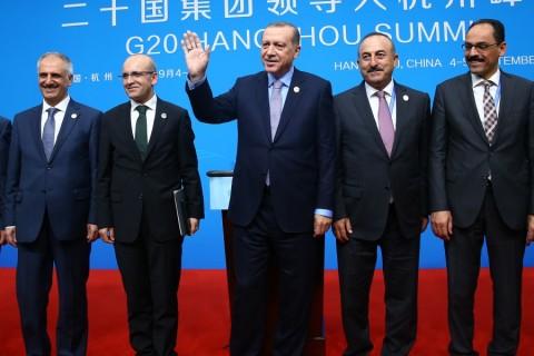 Cumhurbaşkanı Recep Tayyip Erdoğan, G20 Liderler Zirvesi için bulunduğu Çin'in Hangcou kentinde basın toplantısı düzenledi. Basın toplantısında, Başbakan Yardımcısı Mehmet Şimşek (sol 3), Dışişleri Bakanı Mevlüt Çavuşoğlu (sağ 3) ve Cumhurbaşkanlığı Sözcüsü İbrahim Kalın (sağ 2) da yer aldı. ( Kayhan Özer - Anadolu Ajansı )