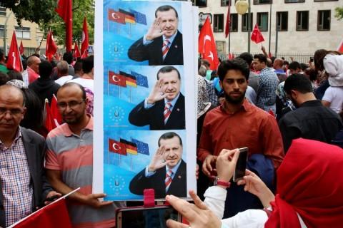 Almanya'nın başkenti Berlin'de, Türk vatandaşları, FETÖ'nün darbe girişimini Türkiye'nin Berlin Büyükelçiliği önünde toplanarak protesto etti. Ellerinde Türk bayrakları taşıyan vatandaşlar, slogan atarak darbe girişimine tepki gösterdi. ( Mehmet Kaman - Anadolu Ajansı )