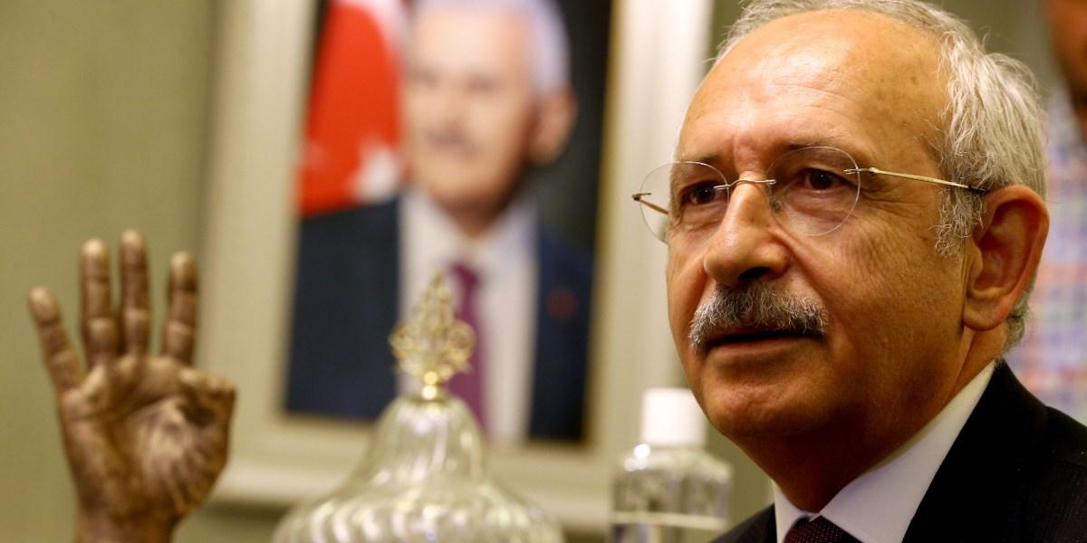CHP Genel Başkanı Kemal Kılıçdaroğlu, Kazan Belediye Başkanı Lokman Ertürk'ü ziyaret etti. Kılıçdaroğlu, ziyarette basın mensuplarına açıklamalarda bulundu. ( Okan Özer - Anadolu Ajansı )