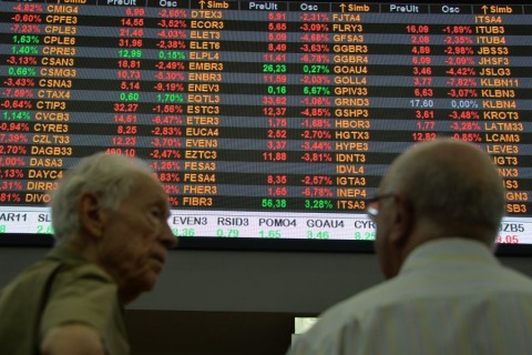 Men are seen at the Stocks Exchange headquarters in downtown Sao Paulo Brazil on September 22, 2015. The dollar runs higher on Tuesday and passes the historical maximum of R$ 4.The high should market concerns with votes in Congress and with the possibility of the Federal Reserve the central bank of the United States raise interest rates this year. AFP PHOTO / Nelson ALMEIDA / AFP PHOTO / NELSON ALMEIDA