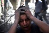 Suriye ordusuna ait bir savaş uçağı, Halep'te muhaliflerin kontrolündeki Meşhed semtine hava saldırısı düzenledi. Saldırıdan etkilenen bir Suriyeli, üzüntü yaşadı. ( İbrahim Ebu Leys - Anadolu Ajansı )