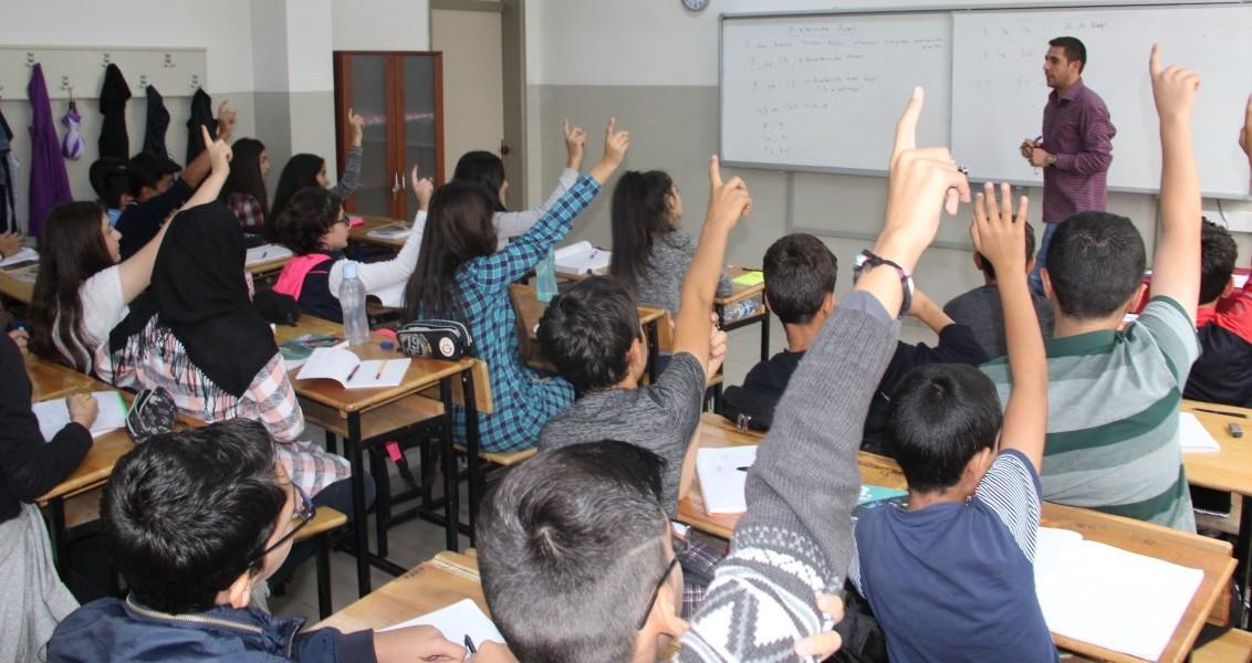 """Türkiye'deki Temel Eğitimden Ortaöğretime Geçiş (TEOG) sınavlarında, 3 yıl önce ülke genelinde 57. sırada olan Erzincan'da uygulanan eğitim modeli sayesinde, dershaneye gitmek yerine devletin imkanlarıyla açılan okul sonrası destekleme ve yetiştirme kurslarına katılan öğrenciler, kenti TEOG'da 7. sıraya yükseltip """"Dershanesiz TEOG kazanılmaz"""" algısını ortadan kaldırdı. ( Kemal Ozdemir - Anadolu Ajansı )"""