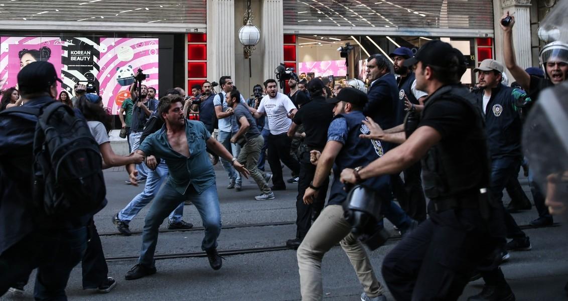 Gezi Parkı odaklı olayların yıl dönümü nedeniyle Taksim'e yürümek isteyen gruba, polis tarafından izin verilmedi. Güvenlik güçleri ile gruptakiler arasında arbede yaşandı.  ( Arif Hüdaverdi Yaman - Anadolu Ajansı )