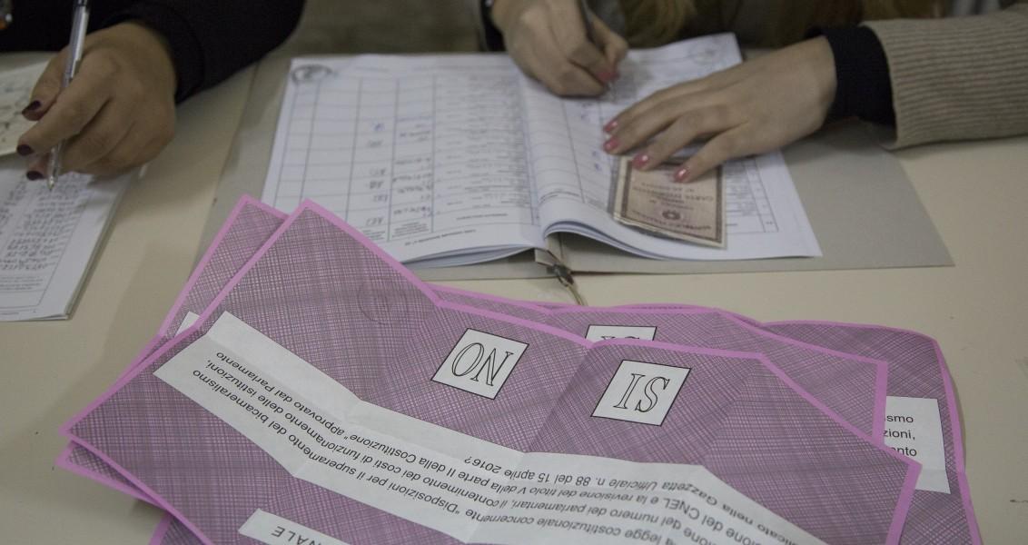 İtalya'da, senatonun yasama yetkisini törpülemeyi öngören anayasa reformuna ilişkin referandumda vatandaşlar oylarını kullandı.  ( Stringer - Anadolu Ajansı )