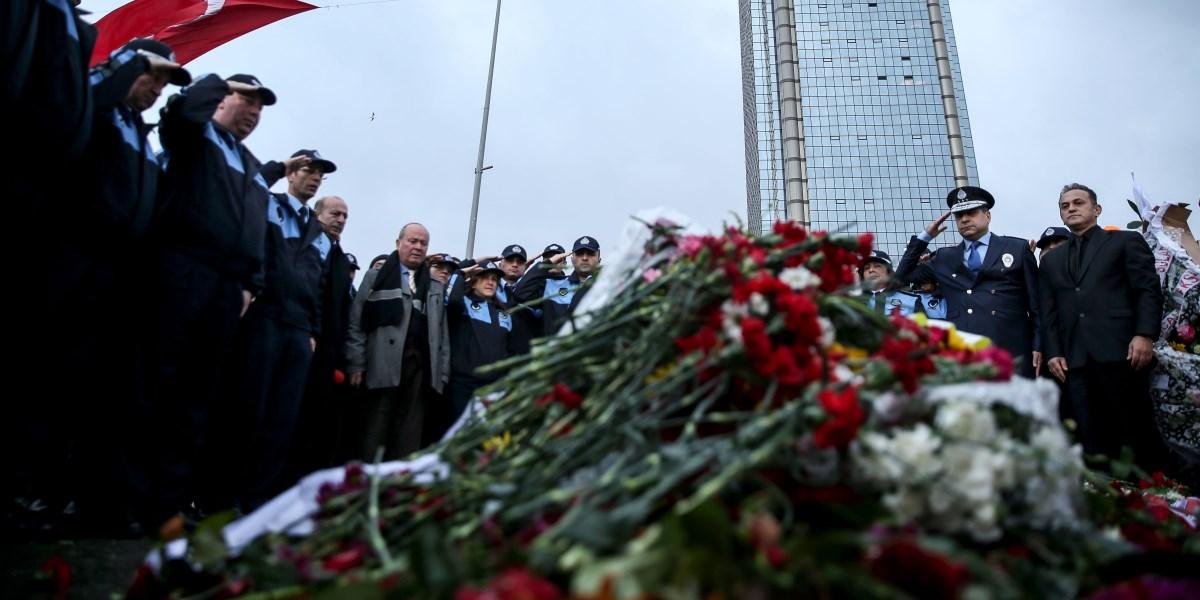 İstanbul'da, Beşiktaş'taki terör saldırısının gerçekleştirildiği yeni ismiyle 'Şehitler Tepesi' ne gelen Şişli Zabıta müdürü Halil İbrahim Doğan (sağ2)  ve  ekibi, olay yerine karanfil bırakarak saygı duruşunda bulundu. ( Şebnem Coşkun - Anadolu Ajansı )