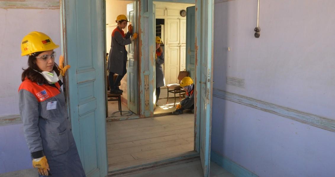 Sinop'ta, Gerze Halk Eğitim Eğitim Merkezi Müdürlüğünce yürütülen Sektörel Yatırım Alanlarında Genç İstihdamının Desteklenmesi Projesi kapsamında tarihi bir evin restorasyonunda çalışan ve çoğunluğu kızlardan oluşan üniversite mezunu gençler, bir inşaat işçisinin yapması gereken tüm işleri yapıyor.  ( Halit Gümüş - Anadolu Ajansı )