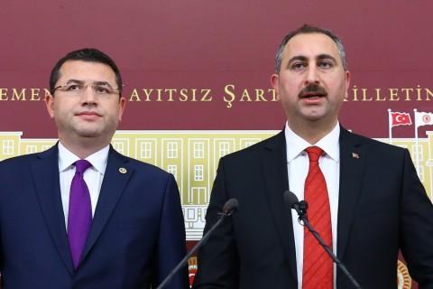 AK Parti Genel Sekreteri Abdulhamit Gül ve MHP Afyonkarahisar Milletvekili Mehmet Parsak, TBMM Başkanlığına sunulan anayasa değişikliği teklifine ilişkin TBMM'de basın toplantısı düzenledi. ( Halil Sağırkaya - Anadolu Ajansı )