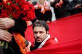 Beşiktaş'ta terör saldırısının gerçekleştirildiği yere gelen vatandaşlar, olay yerine karanfil bırakıp, dua etti. ( Arif Hüdaverdi Yaman - Anadolu Ajansı )