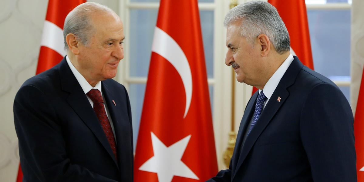 Başbakan Binali Yıldırım ile MHP Genel Başkanı Devlet Bahçeli'nin görüşmesi sona erdi. Görüşme sonrası Başbakan Yıldırım ve Bahçeli Çankaya Köşkü'nde ortak basın toplantısı düzenledi.  ( Murat Kaynak - Anadolu Ajansı )