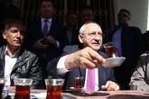 Cumhuriyet Halk Partisi (CHP) Genel Başkanı Kemal Kılıçdaroğlu, bir dizi program için geldiği Burdur'da,  Askeriye köyünde vatandaşla sohbet etti.  ( Murat Yolcu - Anadolu Ajansı )