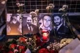 Beşiktaş Ortaköy'de bir gece kulubüne yapılan terör saldırısında hayatını kaybedenlerin fotoğrafları girişte bulunan polis bariyerlerine konuldu. Bazı vatandaşlar bu alana karanfil bıraktı. ( Berk Özkan - Anadolu Ajansı )