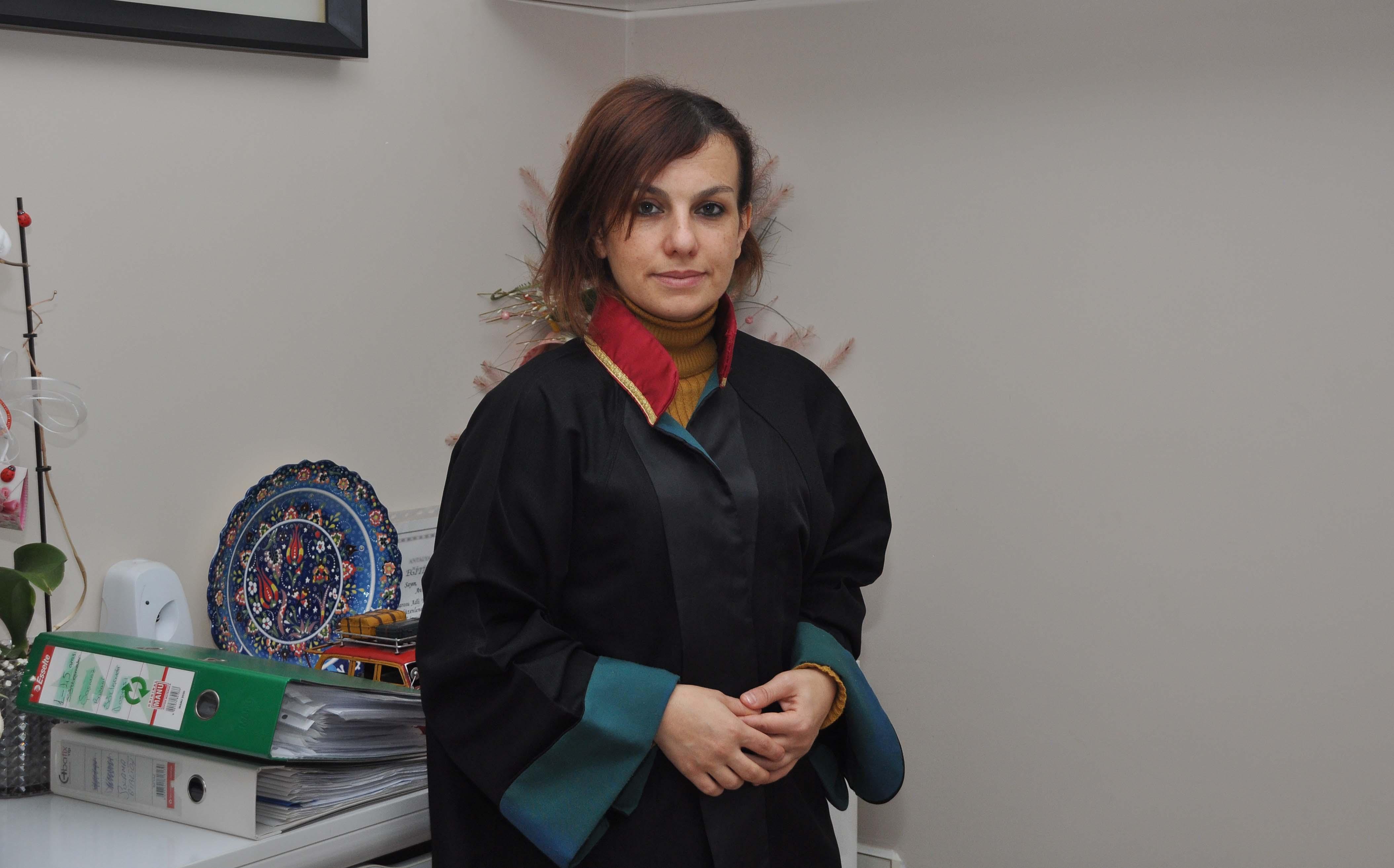 Manavgat Barosu avukatlarından Yasemin Şahin Çifci, Antalya'nın Manavgat ilçesinde çocuk istismarı iddiasıyla tutuklanan CHP üyesi yerel gazete sahibi R.M ile ilgili STK'lardan ve ilgili kurumlardan tepki gelmemesine şaşırdığını söyledi. ( Fatih Hepokur - Anadolu Ajansı )