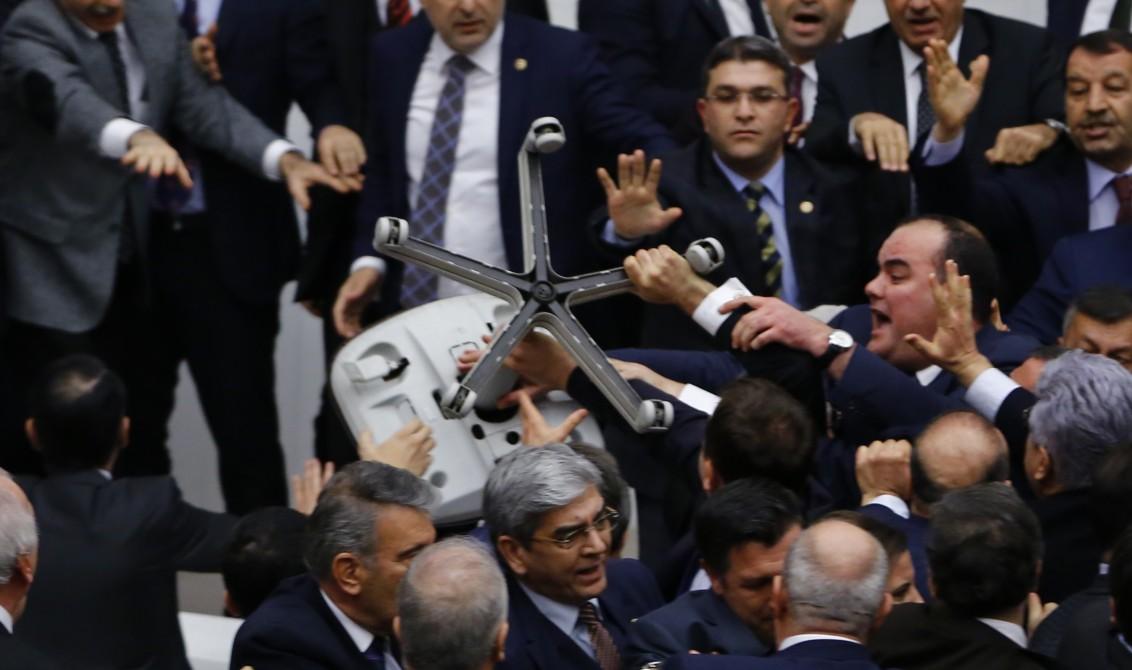 TBMM Genel Kurulunda, anayasa değişikliği teklifinin görüşmelerinde CHP'liler kürsüyü işgal etti. Bunun üzerine AK Parti'liler kürsü ile Başkanlık Divanı arasına geçerek, CHP'lileri kürsüden uzaklaştırmaya çalıştı. Bu sırada iki partinin milletvekilleri arasında yumruklaşmaya varan kavga yaşandı. ( Murat Kaynak - Anadolu Ajansı )