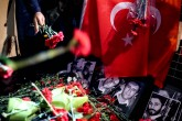 İstanbul Tabip Odası, İstanbul Barosu, İstanbul Eczacılar Odası gibi bazı meslek kuruluşları ile DİSK ve KESK üyeleri Ortaköy'de bir gece kulübüne düzenlenen terör saldırısını kınadı. Grup, saldırının gerçekleştiği gece kulübünün önüne karanfil bıraktı. ( Berk Özkan - Anadolu Ajansı )