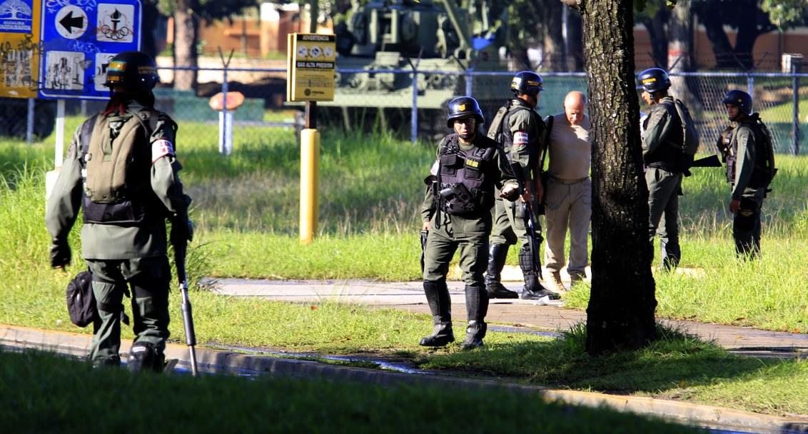 """Venezuela'da askeri bir üsse terör saldırısı düzenlendiği bildirildi. İktidar partisi lideri Diosdado Cabello, sosyal medya üzerinden yaptığı açıklamada, hükümete sadık birliklerin kontrolündeki bir askeri üsse """"terör"""" saldırısı düzenlendiğini ve çok sayıda kişinin gözaltına alındığını belirtti. ( Stringer - Anadolu Ajansı )"""