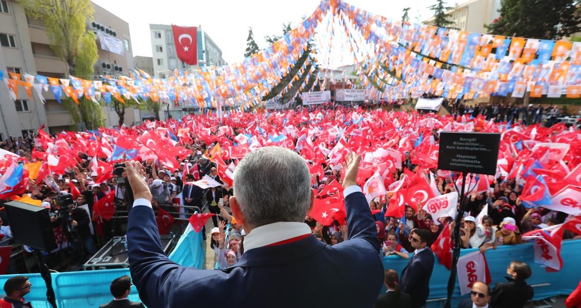 AK Parti Genel Başkanı ve Başbakan Binali Yıldırım,  anayasa değişkiliği halk oylamasına ilişkin partisince Cumhuriyet Meydanı'nda düzenlenen  mitinge katılarak konuşma yaptı. Vatandaşlar programa ilgi gösterdi. ( Hakan Göktepe - Anadolu Ajansı )