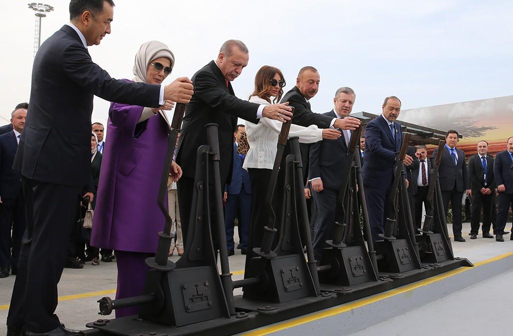 """""""Bakü-Tiflis-Kars Demiryolu"""" (BTK) hattının açılış töreni yapıldı. Törene, Cumhurbaşkanı Recep Tayyip Erdoğan (sol 3), eşi Emine Erdoğan (sol 2), Azerbaycan Cumhurbaşkanı İlham Aliyev (sol 5), eşi Mihriban Aliyeva (sol 4), Kazakistan Başbakanı Bakıtcan Sagintayev (solda), Özbekistan Başbakanı Abdulla Aripov (sol 7) ve Gürcistan Başbakanı Giorgi Kvirikaşvili (sol 6) katıldı. Liderler temsili makas değiştirdi."""