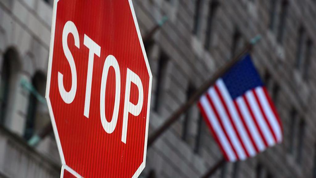 Stop levhasu ve ABD bayrağı
