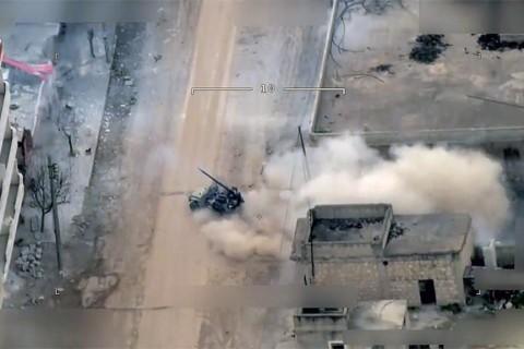 Afrin'de sivil kıyafetli YPG teröristleri Türkiye'ye top saldırısında..