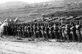 General Henri Gouraud, 25 Temmuz 1920'de Şam'ı işgal eden Fransız Ordusunu teftiş ederken