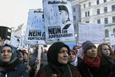 Avusturya'da başörtüsü yasağı protestosu