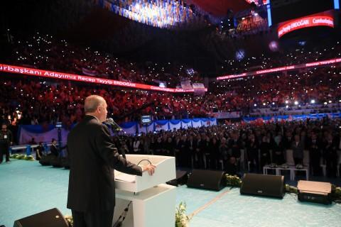 """Cumhurbaşkanı ve AK Parti Genel Başkanı Recep Tayyip Erdoğan, Sinan Erdem Spor Salonu'nda AK Parti İstanbul Olağan 6. İl Kongresi'nde partisinin """"24 Haziran Seçimleri Manifestosu""""nu açıkladı."""