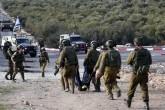 Siyonist askerleri Batı Şeria'nın güneyindeki Beytullahim kenti yakınlarında Filistinli bir genci şehit ettikten sonra cesedini taşırken..