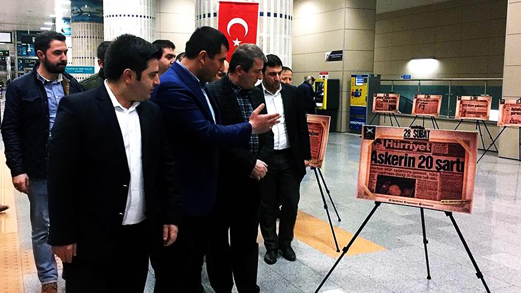 """Türkiye Gençlik Vakfı (TÜGVA) Sarıyer Şubesince, Hacıosman metro durağında """"28 Şubat Manşetleri"""" sergisi açıldı"""