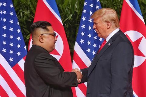 ABD Başkanı Donald Trump (sağda) ile Kuzey Kore lideri Kim Jong-un (solda), Singapur'daki tarihi zirvede ilk kez bir araya geldi. Görüşme öncesinde ABD Başkanı Trump ile Kuzey Kore lideri Kim, zirvenin yapıldığı Singapur'un Sentosa Adası'ndaki Capella Otel'de ABD ve Kuzey Kore bayraklarının önünde tokalaşarak objektiflere poz verdi. ( Singapur I·letişim ve Bilgi Bakanlığı - Anadolu Ajansı )