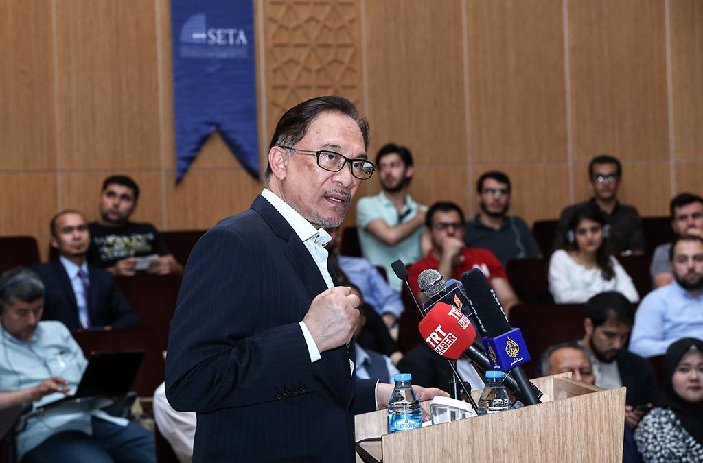 """Malezya'da hükümetin ortağı Halkın Adaleti Partisi lideri Enver İbrahim, Siyaset, Ekonomi ve Toplum Araştırmaları Vakfı'nda (SETA) düzenlenen """"İslam Dünyasının Geleceği ve Malezya'nın Demokrasiye Geçişi"""" konulu konferansa katılarak konuşma yaptı"""