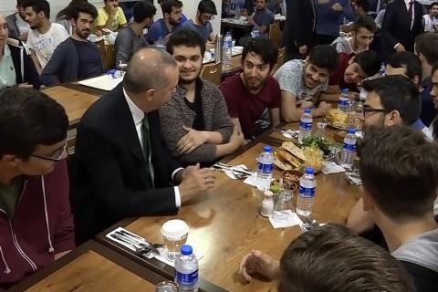 Cumhurbaşkanı Recep Tayyip Erdoğan, bir öğrencinin sosyal medya aracılığıyla yaptığı davet üzerine sürpriz ziyaret gerçekleştirdiği yurtta gençlerle sahurda bir araya geldi.