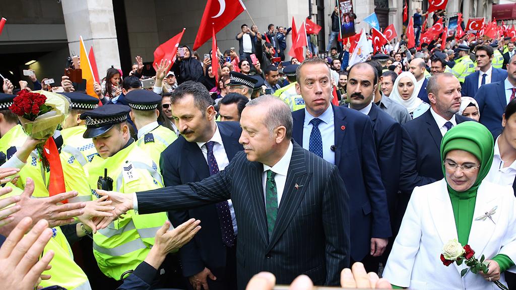 13 Mayıs 2018 | Cumhurbaşkanı Recep Tayyip Erdoğan ve eşi Emine Erdoğan, İngiltere'nin başkenti Londra'da konaklayacakları otele gelişlerinde Türk vatandaşları tarafından sevgi gösterileriyle karşılandı. ( Kayhan Özer - Anadolu Ajansı )